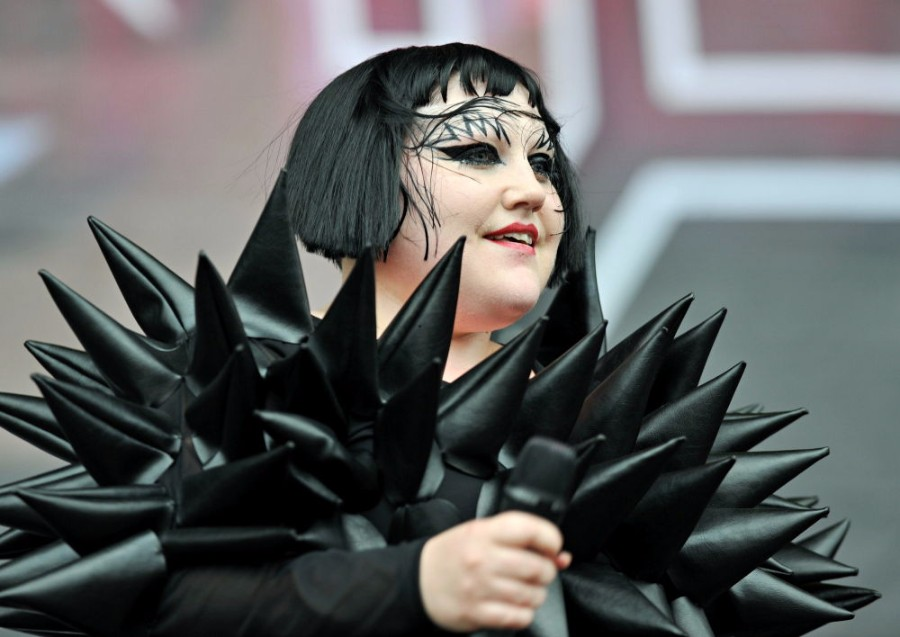 beth ditto premieres new song fire on bbc radio 1 pm studio world wide music news. Black Bedroom Furniture Sets. Home Design Ideas